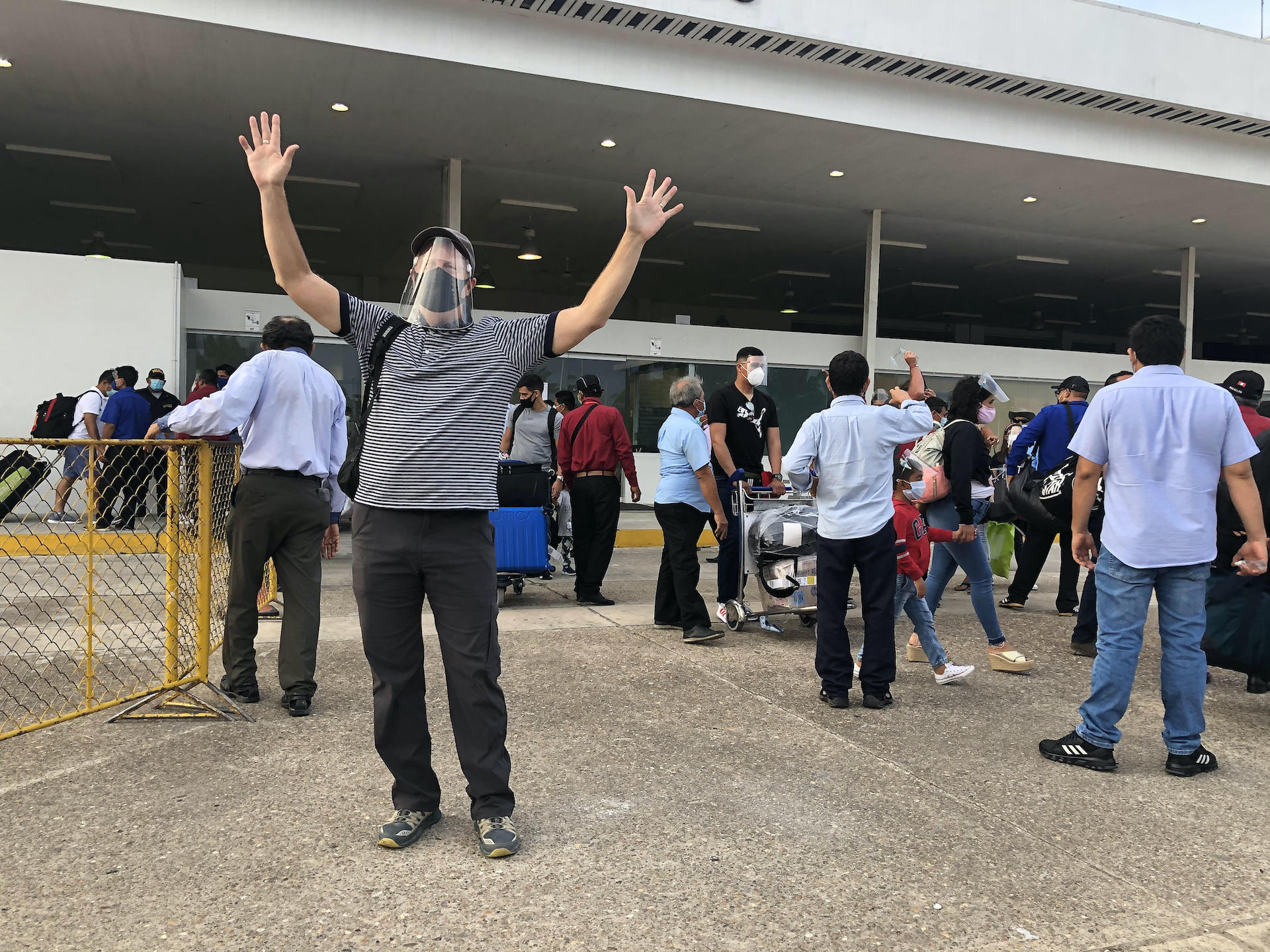 7. Proper distance must be maintained in the Iquitos baggage claim area